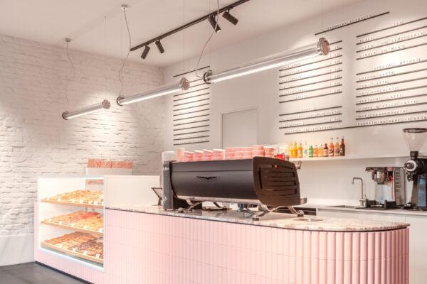 Rosa Verkaufstheke im Brammibal´s Donut Berlin mit Kaufmann Keramik SOAP