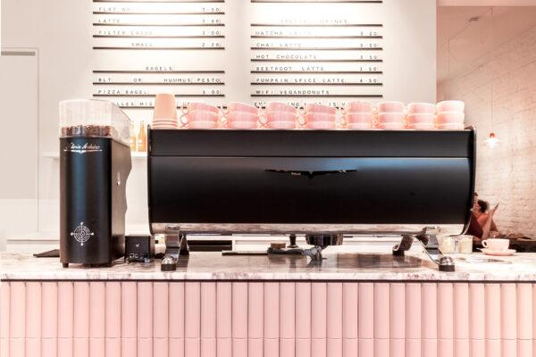Frontansicht der Brammibal´s Donut Theke mit rosa Kaufmann Soap Keramikverkleidung
