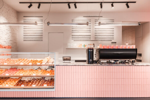 rosa Theke mit Kaufmann Soap Keramik im Brammibal´s Donut Berlin mit Auslage